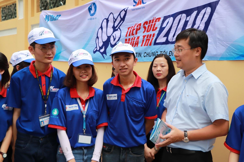 Ông Lê Quốc Phong, Bí thư thứ nhất Trung ương Đoàn thăm hỏi và động viên sinh viên tiếp sức mùa thi tại TPHCM