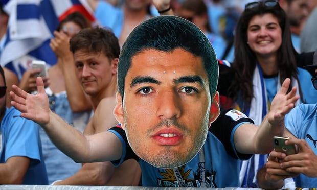 Cổ động viên Uruguay với tấm mặt nạ của Suarez