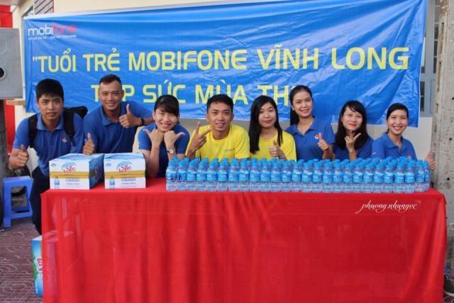 Mobifone Vĩnh Long đồng hành, tiếp sức mùa thi khi hỗ trợ miễn phí hàng ngàn chai nước suối cho sĩ tử.