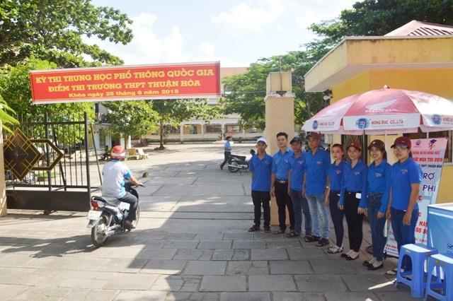 Đội thanh niên tình nguyện hỗ trợ thí sinh.