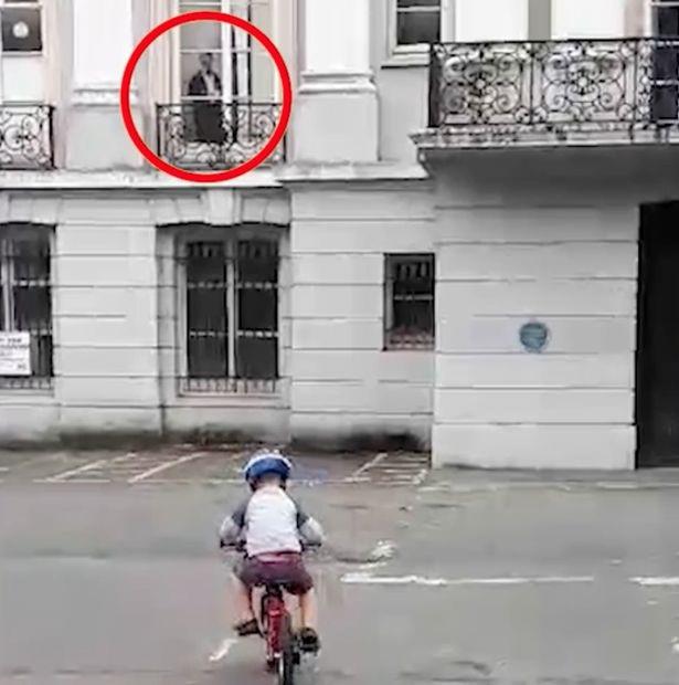 """""""Bóng ma"""" tựa cửa sổ nhìn cậu bé con đi xe đạp gây sốt mạng - 1"""