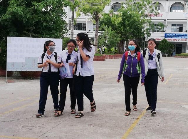 Thí sinh cụm Bạc Liêu hoàn thành ngày thi đầu tiên. (Ảnh: Huỳnh Hải)