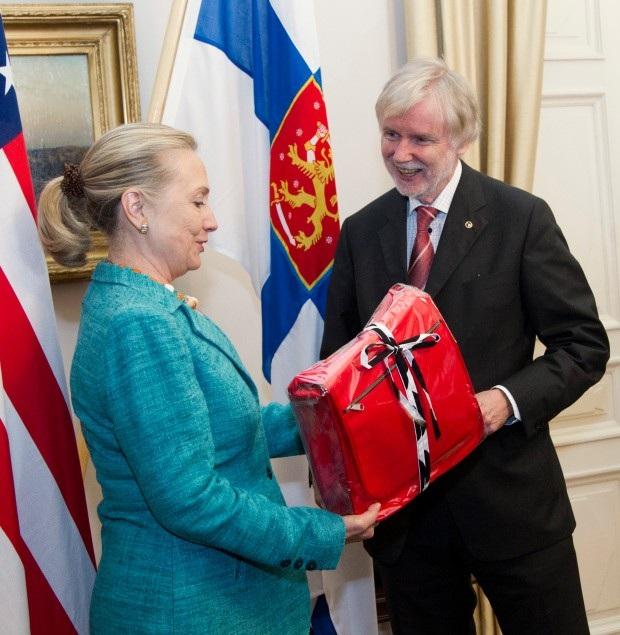 Cựu Ngoại trưởng Hillary Clinton nhận quà từ người đồng cấp Phần Lan (Ảnh: AFP)
