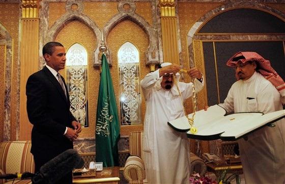 Cựu Tổng thống Obama nhận quà từ Quốc vương Ả rập Xê út tại Riyadh, Ả rập Xê út năm 2009 (Ảnh: AP)