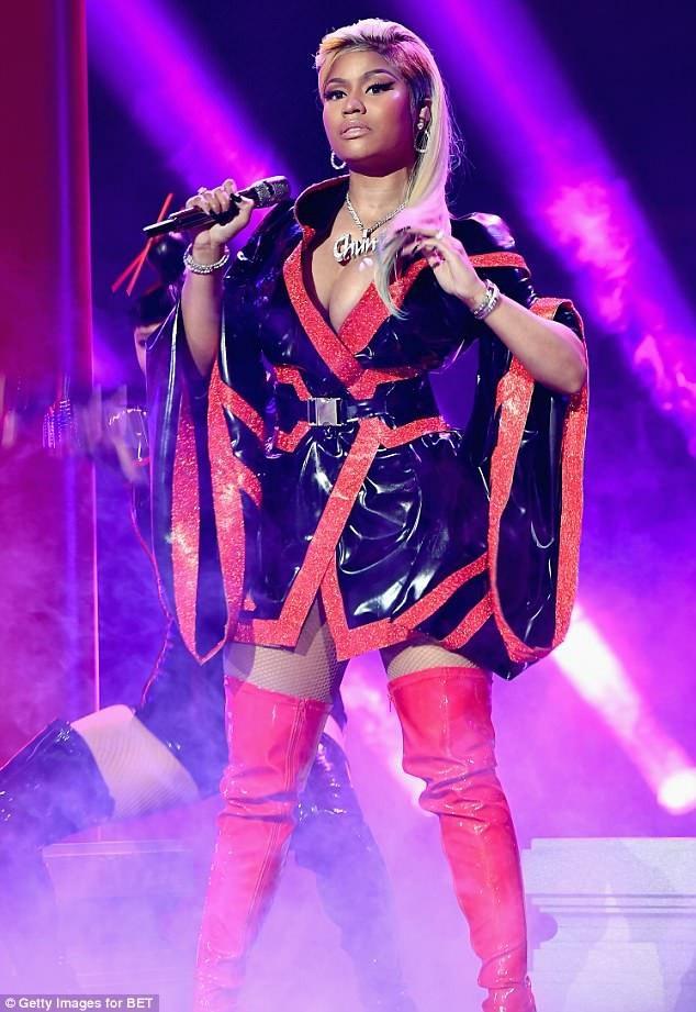 Cô trình diễn 2 bản hit Chun Li và Rich Sex