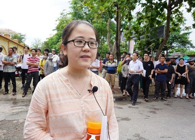 Thí sinh Nguyễn Lê Khánh Linh cho rằng đề thi năm nay hay, đặc biệt phần nghị luận xã hội sát với thực tiễn nhưng thời gian làm bài hơi ít so với những gì em muốn viết. (Ảnh: Hoàng Lam)