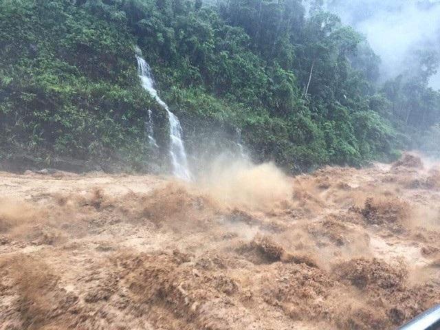 Nước từ trên núi đổ xuống thành những cơn lũ dữ, làm sạt lở nhiều tuyến đường giao thông