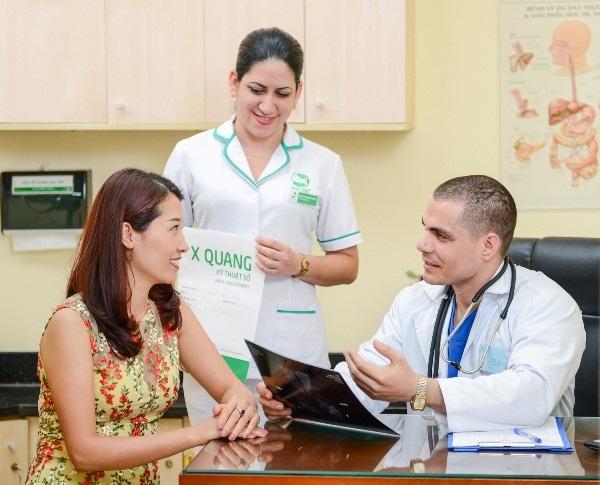 Bác sĩ Michael – bác sĩ quốc tế đang công tác tại Khoa Ung bướu, Bệnh viện Thu Cúc đang tư vấn tầm soát ung thư cho khách hàng.