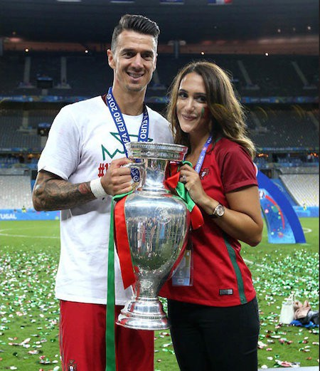 Jose Fonte lúc nào cũng quấn quýt bên bà xã xinh đẹp Cassie Sumner Fonte và đây là giây phút ăn mừng lịch sử của hai vợ chồng bên chiếc cúp Euro 2016