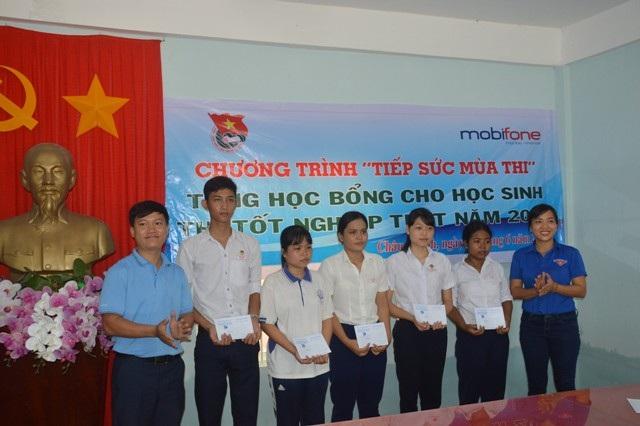 Tỉnh Đoàn Sóc Trăng phối hợp cùng Mobifone Sóc Trăng trao quà cho các thí sinh.