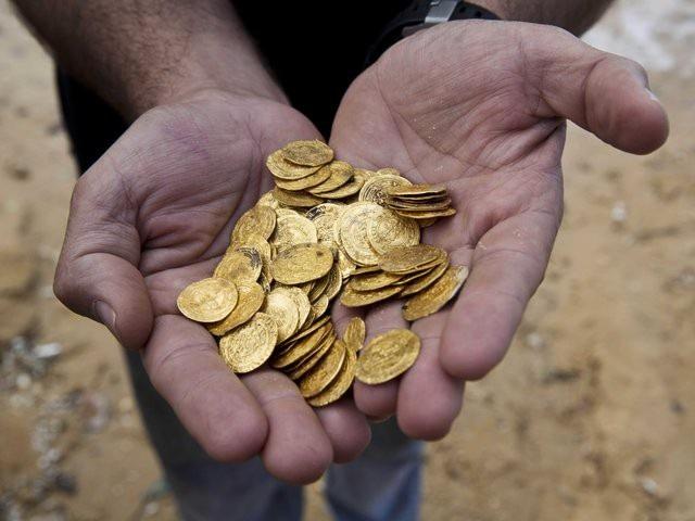 Bạn có 100 đồng xu đặt trên mặt bàn. 10 đồng mặt sấp và 90 đồng mặt ngửa. Bạn không được phép nhìn, không được cảm nhận bằng tay, nhưng phải chia chúng thành 2 nửa cân đối - có cùng số xu sấp/ngửa. Bạn làm thế nào?