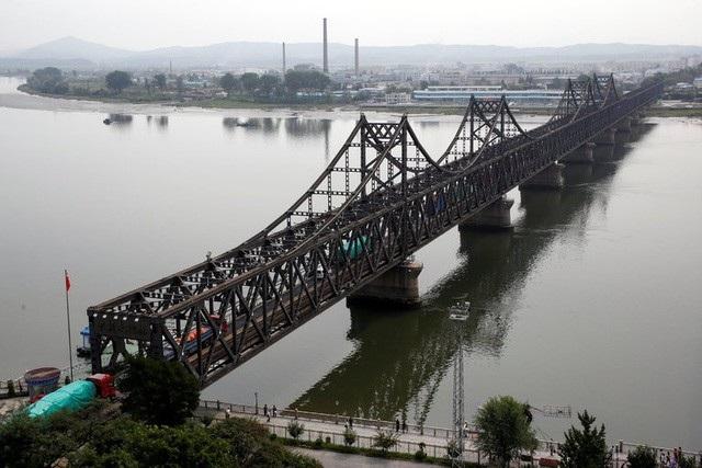 Xe tải di chuyển qua cầu Hữu Nghị nằm ở biên giới Triều Tiên và Trung Quốc bắc qua sông Áp Lục. (Ảnh: Reuters)