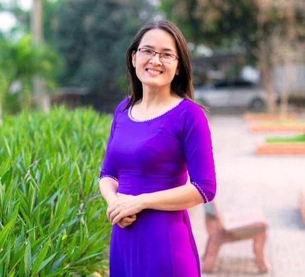 Chân dung cô giáo Trần Thị Kim Oanh, người đã chạy xe máy đến tận nhà để đón thí sinh Hoa kịp thời gian dự thi. (Ảnh: HT).
