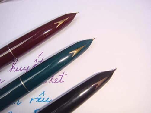 Bút máy Trường Sơn chưa viết tay đã lem mực đầy tay