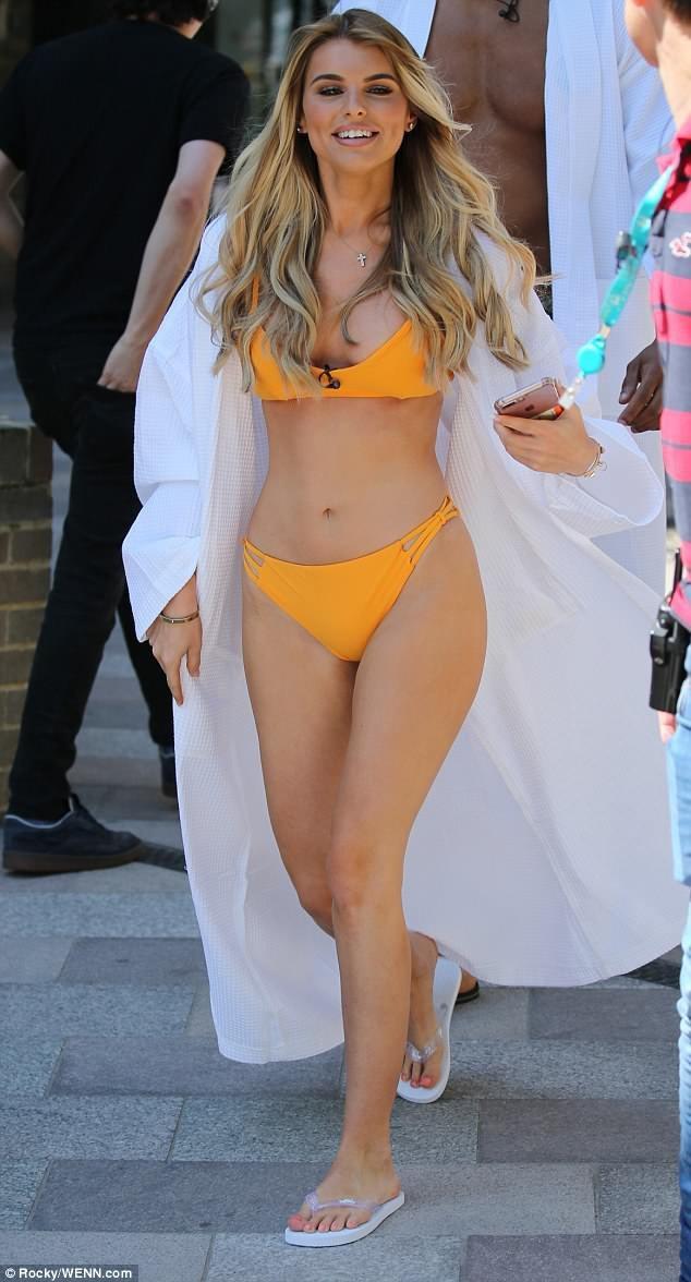 Người đẹp Anh nổi bật với bikini vàng bắt mắt