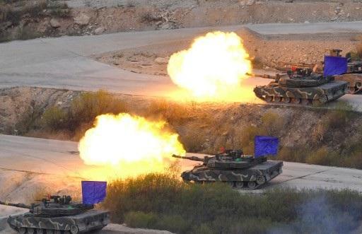 Xe tăng Hàn Quốc khai hỏa trong cuộc tập trận chung với Mỹ tại trường bắn Seungjin ở Pocheon, Hàn Quốc năm 2017 (Ảnh: Reuters)