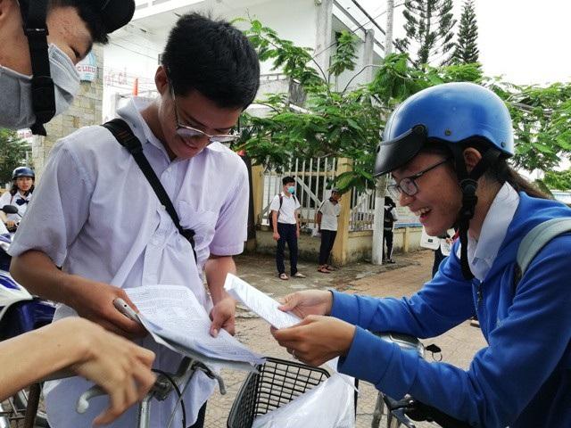 Thí sinh Bạc Liêu trao đổi sau khi thi môn Tiếng Anh chiều ngày 26/6. (Ảnh: Huỳnh Hải)