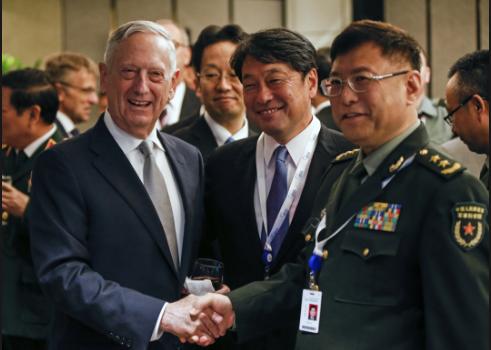 Bộ trưởng Mattis bắt tay Phó giám đốc Học viện Khoa học quân sự Trung Quốc He Lei và đứng cạnh Bộ trưởng Quốc phòng Nhật Bản Itsunori Onodera tại Diễn đàn Shangri-La ở Singapore (Ảnh: AP)