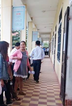 Thí sinh Hồ Thị Eng (áo hồng) trò chuyện với các bạn trước giờ vào phòng thi