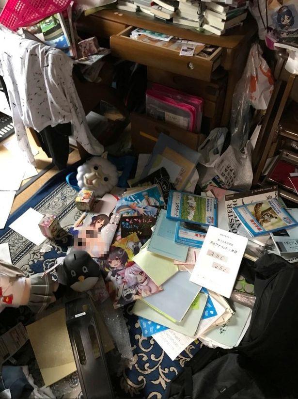Rất nhiều truyện tranh của thiếu niên đã rơi khỏi tủ sau trận động đất