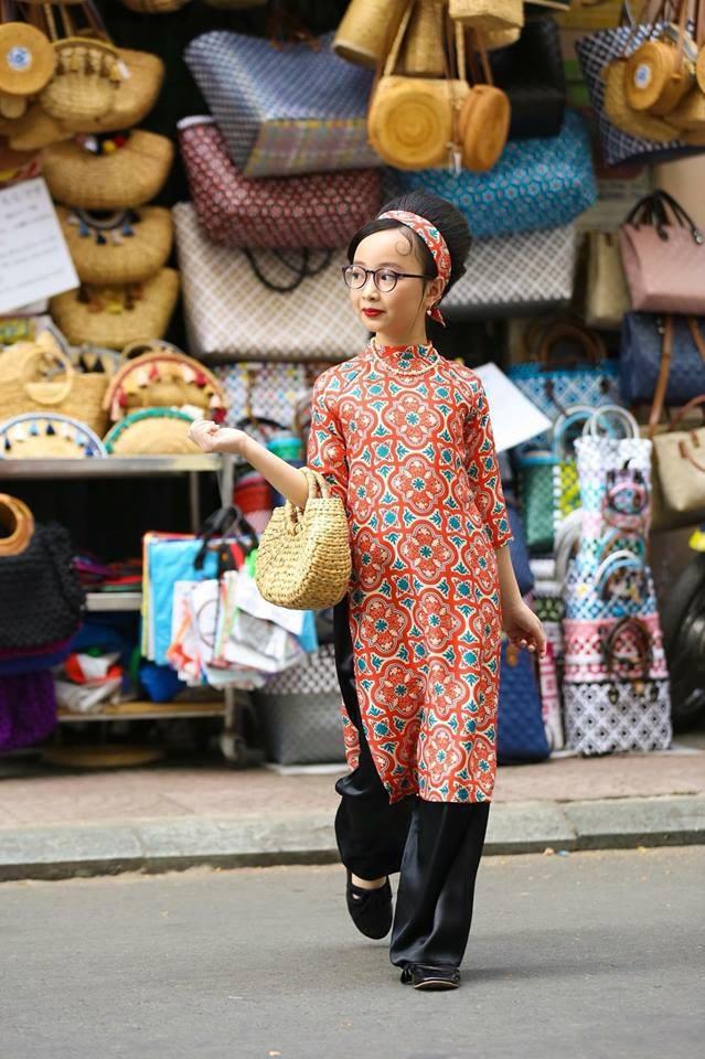 Khả năng tạo dáng và trình diễn cực kì ấn tượng với thần thái biểu cảm thu hút của Phương Anh trong tà áo dài thuộc bộ sưu tập của NTK Phương Nguyễn Silk