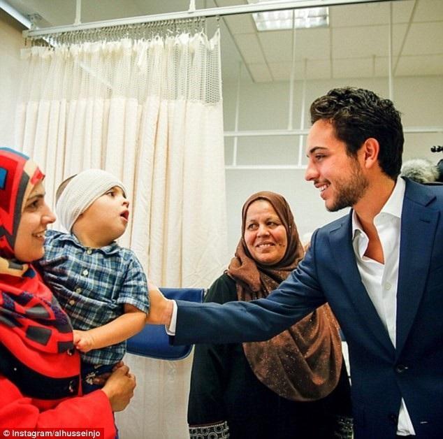 Thái tử Hussein cũng tham gia nhiều chương trình từ thiện. (Ảnh: Dailymail)