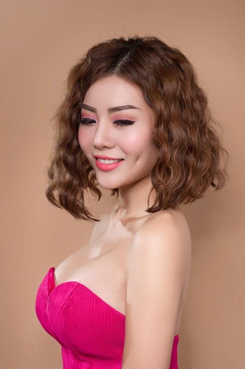 Cô cũng từng đạt giải Á khôi 2 cuộc thi Hoa hậu Hải Dương 2006. Cô từng ghi dấu ấn với vai Phan Hương trong phim Người phán xử, vai Nương trong Thương nhớ ở ai,...