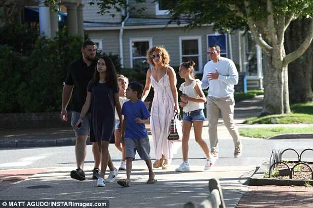 Jennifer Lopez và bạn trai Alex Rodriguez cùng đưa các con đi chơi ở Hamptons ngày 25/6 vừa qua