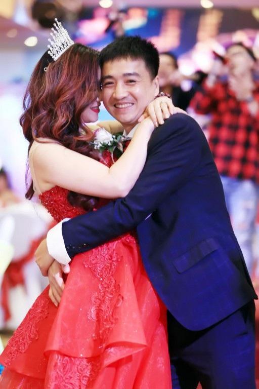 Vợ chồng Hoàng Yến không ngại thể hiện tình cảm với nhau trong buổi tiệc.