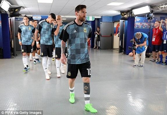 Messi và đồng đội chuẩn bị ra sân cho trận đấu sinh tử
