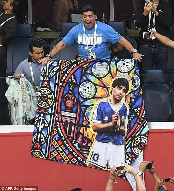 Maradona có mặt trên sân cổ vũ cho các đàn em