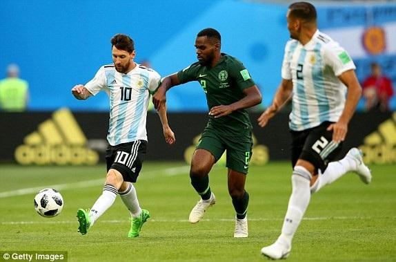 Hậu vệ Nigeria đang kèm Messi rất chặt
