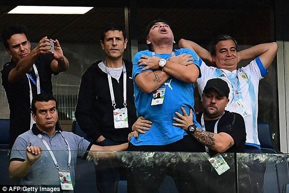 Niềm vui của Maradona trên khán đài