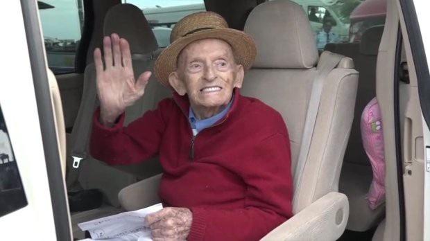 Xúc động khoảnh khắc cụ ông 99 tuổi đoàn tụ với vợ sau 4 năm chia cách - 2