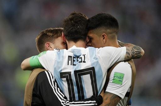 Họ ôm chặt nhau tận hưởng khúc ca chiến thắng