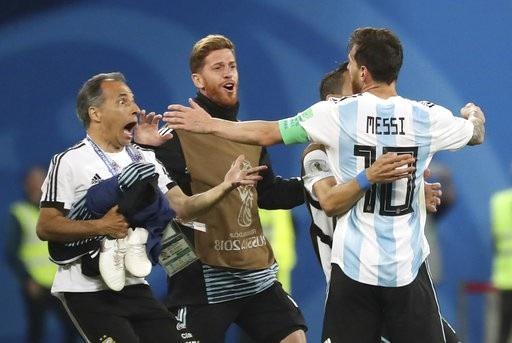 Khi tiếng còi kết thúc trận đấu vang lên, Messi và các đồng đội đã vỡ òa trong niềm vui chiến thắng