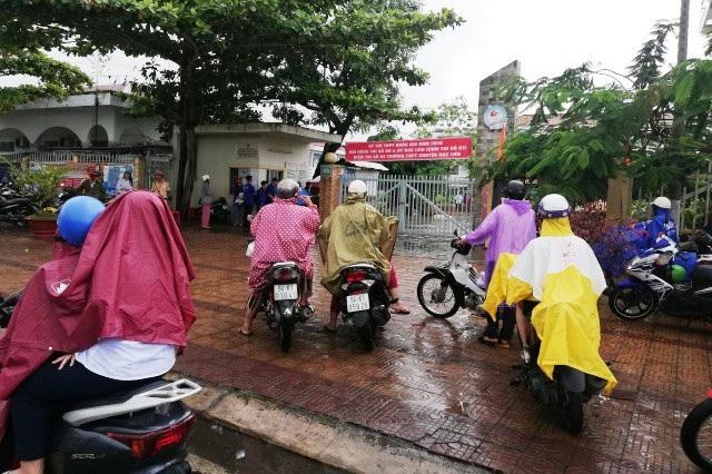 Phụ huynh Bạc Liêu đội mưa đón con buổi thi cuối. (Ảnh: Huỳnh Hải)