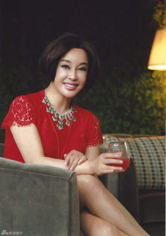 Nữ diễn viên nổi tiếng chia sẻ, bí quyết giúp bà trẻ hơn tuổi là chăm chỉ làm việc, theo đuổi đam mê và luôn yêu đời, yêu người.