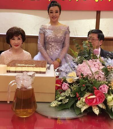 Năm 2016, Lưu Hiểu Khánh hạnh phúc trong tiệc sinh nhật lần thứ 61 do ông xã và những người bạn thân tổ chức. Nhan sắc không tì vết của bà lại khiến cư dân mạng trầm trồ.