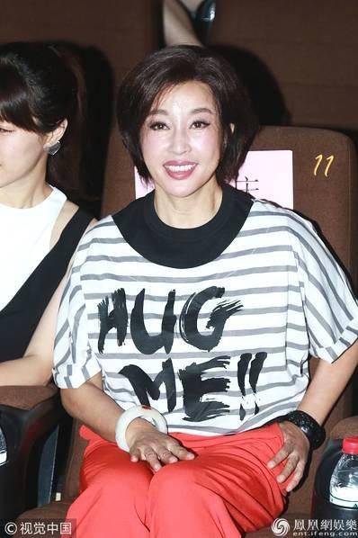 Vừa đón sinh nhật lần thứ 63 cách đây không lâu nhưng mỹ nhân không tuổi của làng giải trí Hoa ngữ trông trẻ hơn nhiều so với những phụ nữ cùng lứa. Phong cách thời trang của bà cũng rất cá tính và ấn tượng.