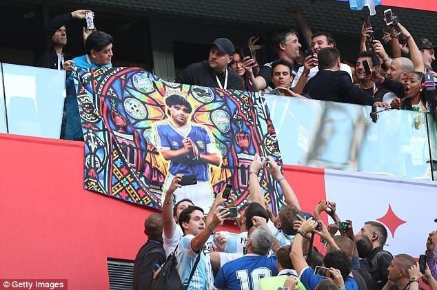 Maradona treo hình poster của ông tại SVĐ