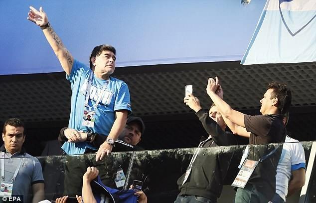 Maradona luôn là tâm điểm mọi sự chú ý