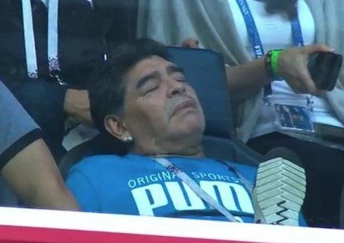 Maradona ngủ gật ở cuối hiệp 1