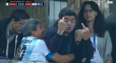 Màn ăn mừng phản cảm của Maradona sau khi Rojo nâng tỷ số lên 2-1