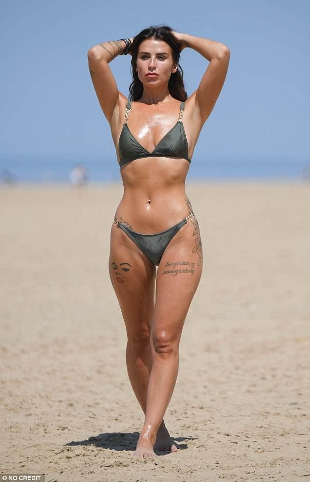 Jenny Thompson thư giãn trên bãi biển ở Anh ngày 26/6 vừa qua