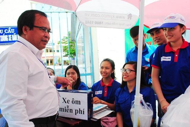 Giám đốc Sở GD&ĐT tỉnh Cà Mau đến thăm, động viên các tình nguyện viên hỗ trợ kỳ thi.