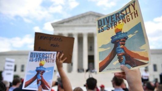 Người biểu tình phản đối sắc lệnh di trú tập trung bên ngoài trụ sở Tòa án tối cao Mỹ ở Washington ngày 26/6 (Ảnh: Getty)