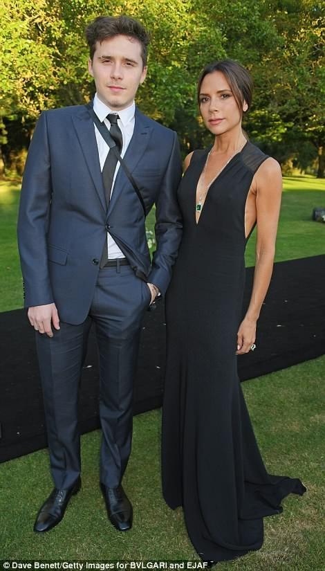 Victoria Beckham được con trai cả Brooklyn hộ tống dự tiệc từ thiện tại Anh ngày 26/6 vừa qua