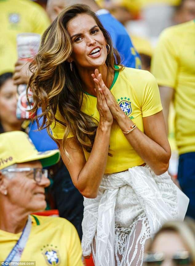 Izabel Goulart nổi bật trên khán đài trong trận đấu giữa Serbia - Brazil rạng sáng nay giờ Việt Nam