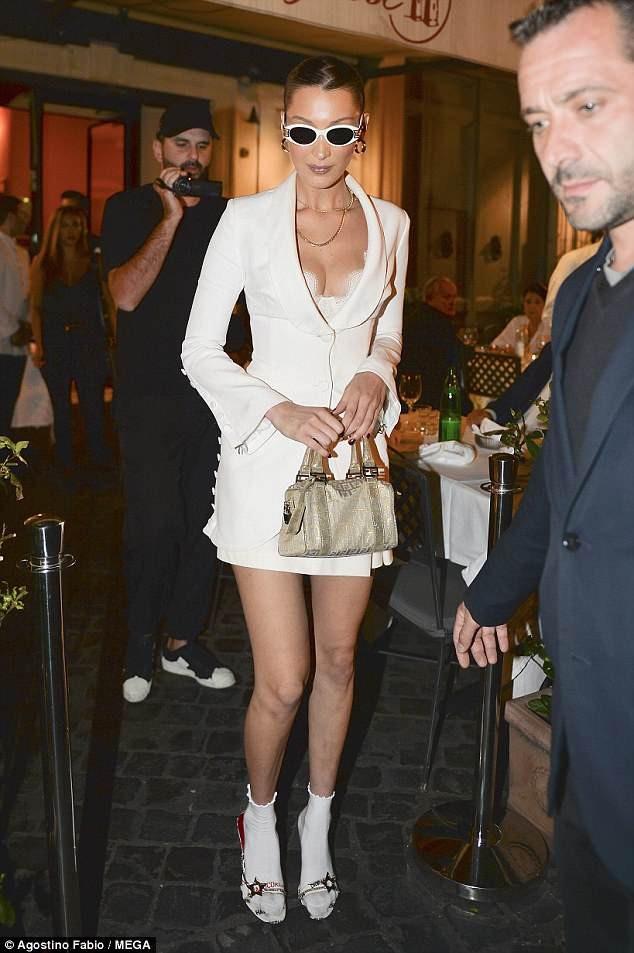 Bella Hadid sành điệu đi ăn tối tại Rome ngày 26/6 vừa qua